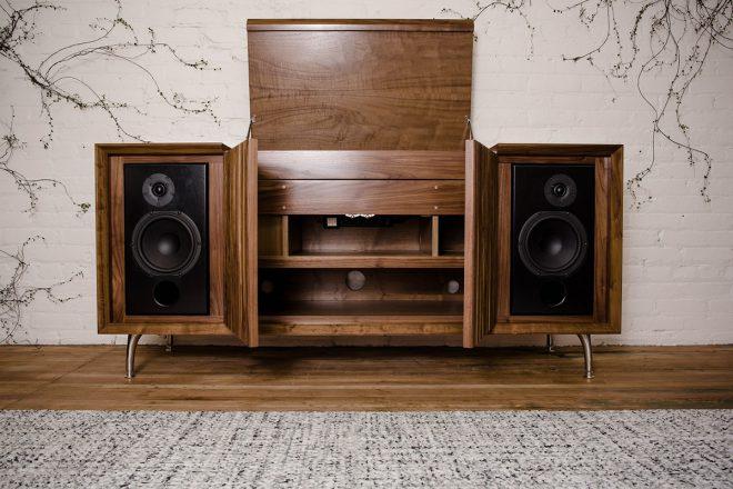 L'entreprise spécialisée dans le Hi-Fi et basée à San Diego aux Etats-Unis, Wrensilva (anciennement Wrenhifi), propose des équipements audio fait main etredonne une nouvelle vieaux consoles et commodes sono autrefois populaires. La marque propose une commode hi-tech au style chic et rétro avec la Standard One. Surfant sur le renouveau du vinyle, Wrensilva propose de […]