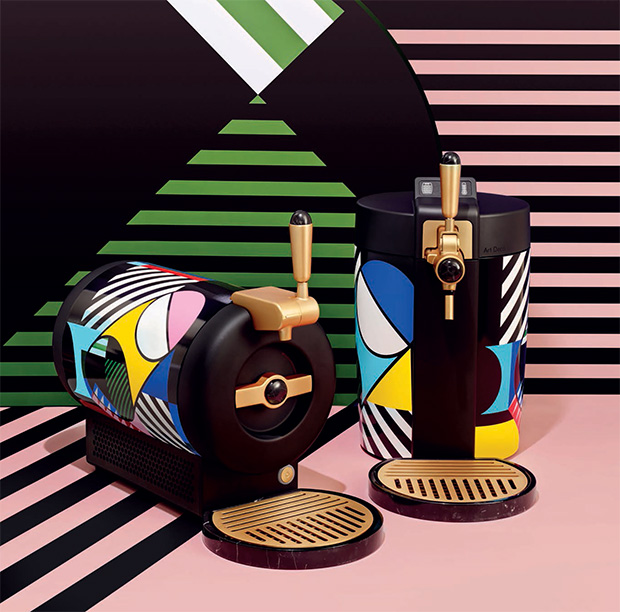 En ces fêtes de fin d'année, le célèbre brasseur néerlandais Heineken dévoile une nouvelle collection deses machines à bière pression pour la maison, réalisée par le duo d'artistes berlinois Stills & Strokes. La marque de bière fait appel aux deux artistes allemands pour mettre en beauté ses deux machinesTheSubetBeertender. Les deux artistes, l'illustratrice Melanie Homannet […]