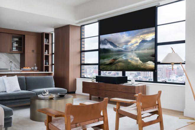 En direct du Consumer Electronic Show de Las Vegas, la marque japonaise d'équipements électronique, Sony, dévoile un nouveau projecteur qui vous fera rêver. Si vous en avez assez des télévisions qui prennent de l'espace etne s'accordent pas avec votre pièce, ou bien si vous souhaitez disposer d'un très grand écran dans un espace restreint, le […]